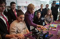 Berlin, Bundeskanzlerin Angela Merkel (CDU m.) und Maedchen am Mittwoch (24.04.13) in Bundeskanzleramt in Berlin anlaesslich Girls Day (Maedchen-Zukunftstag).