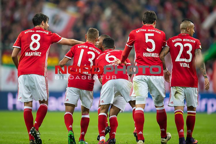 22.10.2016, Allianz Arena, Muenchen, GER, 1.FBL,  FC Bayern Muenchen vs. Borussia Moenchengladbach, im Bild Jubel nach dem Tor zum 2-0 durch Douglas Costa (FCB #11) mit Javi Martinez (FCB #8) Rafinha (FCB #13) Thiago (FCB #6) Mats Hummels (FCB #15) Arturo Vidal (FCB #23) <br /> <br /> Foto &copy; nordphoto / Straubmeier