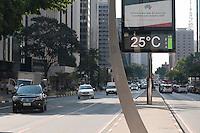 SAO PAULO, SP, 28.10.2014 - Termômetros marcam calor no final dessa tarde de terça-feira, na avenida Paulista, 28 ( Gabriel Soares/ Brazil Photo Press)