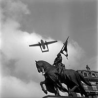 Le 13 Mai 1962. Vue de la statue de Jeanne d'Arc avec un avion qui passe au-dessus sur la place Jeanne d'Arc.
