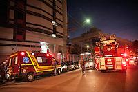 S&Atilde;O PAULO, SP, 08.06.2016 - RESGATE-SP -<br /> Funcionario de manuten&ccedil;&atilde;o Carlos Eduardo de 38 anos que realizava a limpeza de uma chamin&eacute; &eacute; resgatado sem ferimentos de uma cadeirinha que travou. Cinco viaturas forao acionadas para a Avenida Morumbi regi&atilde;o sul da cidade de S&atilde;o Paulo nesta quarta-feira, 08.  (Foto: Rog&eacute;rio Gomes/Brazil Photo Press)