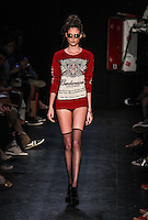 ATENCAO EDITOR IMAGEM EMBARGADA PARA VEICULOS INTERNACIONAIS - RIO DE JANEIRO, RJ, 09 NOVEMBRO 2012 - FASHION RIO - AUSLANDER - Desfile da grife Auslander durante a Fashion Rio Outono/Inverno 2013 realizada no Pier Maua, no centro do Rio de Janeiro, nesta sexta-feira, 09. (FOTO: VANESSA CARVALHO / BRAZIL PHOTO PRESS).