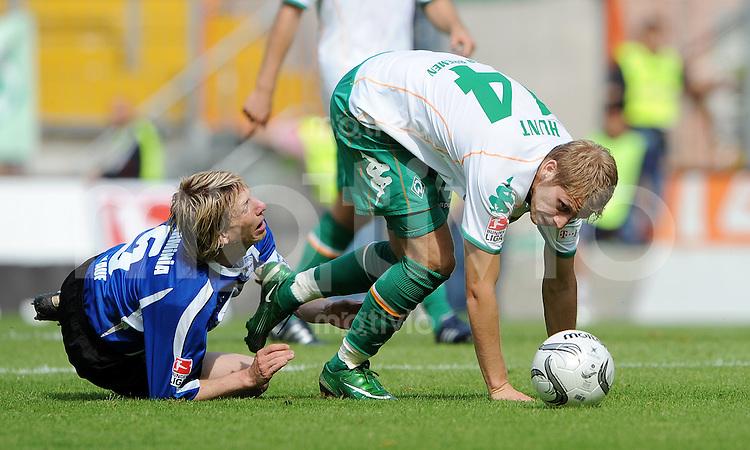 FUSSBALL   1. BUNDESLIGA   SAISON 2008/2009   1. SPIELTAG Arminia Bielefeld - SV Werder Bremen                    16.08.2008 Ruediger KAUF (li, Bielefeld) gegen Aaron HUNT (re, Bremen)