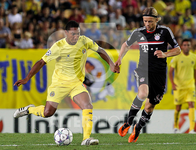 Villareal CF's Jonathan De Guzman (l) and FC Bayern Munchen's Anatoliy Tymoshchuk during UEFA Champions League match.September 14,2011.(ALTERPHOTOS/Acero)
