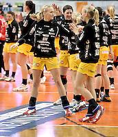 1. Bundesliga Handball Frauen - Punktspiel HC Leipzig (HCL) : DJK / MJC Trier - Arena Leipzig - im Bild: Die HCL Spielerinnen vor dem Spiel - vorn: Stefanie und Jaqueline Hummel . Foto: Norman Rembarz ..