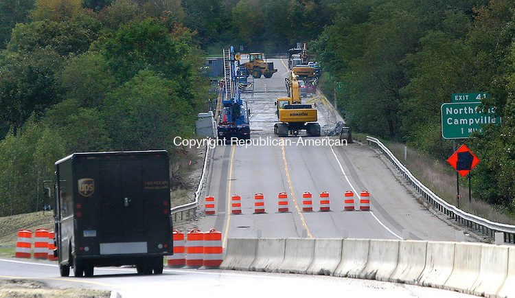 LITCHFIELD, CT -02 OCTOBER 2008 03_NEW_100208DA02-  Construction crews work on Route 8 south bound just after the crossover lane carring traffic between exits 41 and 42 that will remain for 18 to months 2 years to allow for bridge repairs.<br /> Darlene Douty/Republican-American