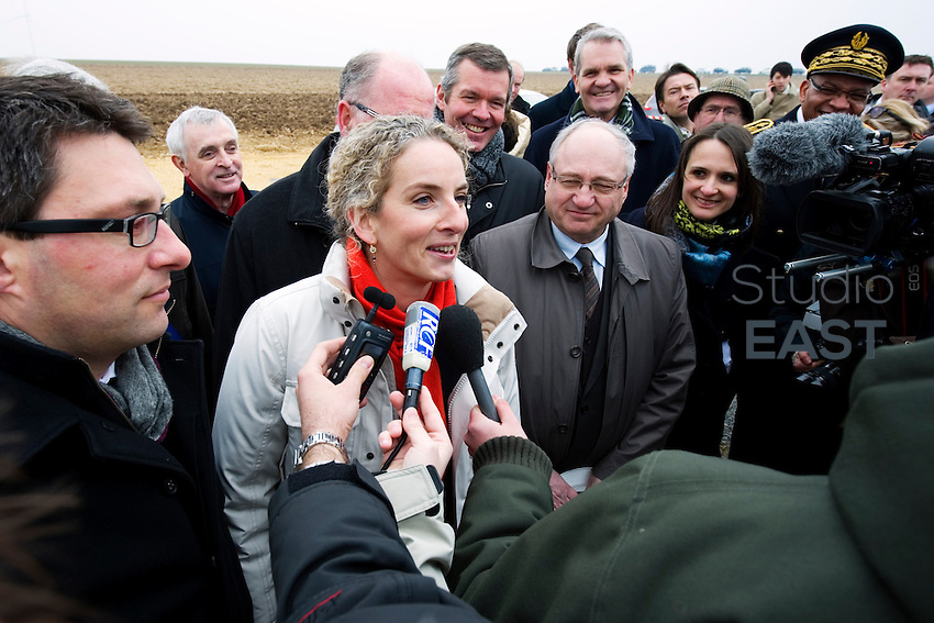 Delphine Batho répond à la presse. Inauguration du parc éolien de la Motelle en Champagne Ardenne par Mme Delphine Batho, ministre de l'environnement et de l'énergie. Photo : Lucas Schifres