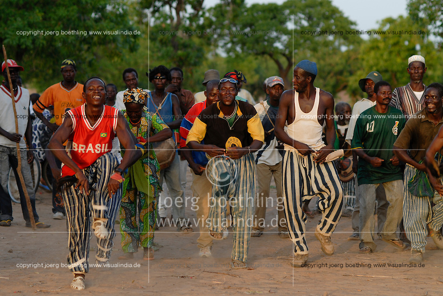 Burkina Faso, Dorf Sesuala bei Pó , Ethnie Kassena , Maenner tanzen / BURKINA FASO , village Sesuala near Pó , ethnic Kassena , men dance a traditional dance
