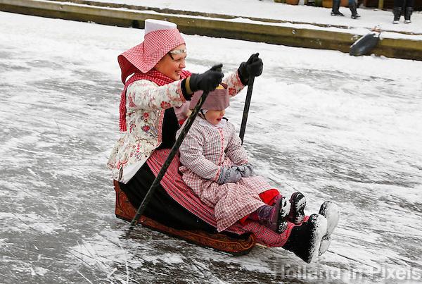 Prikslee en klederdracht tijdens het IJsfeest in Hindeloopen