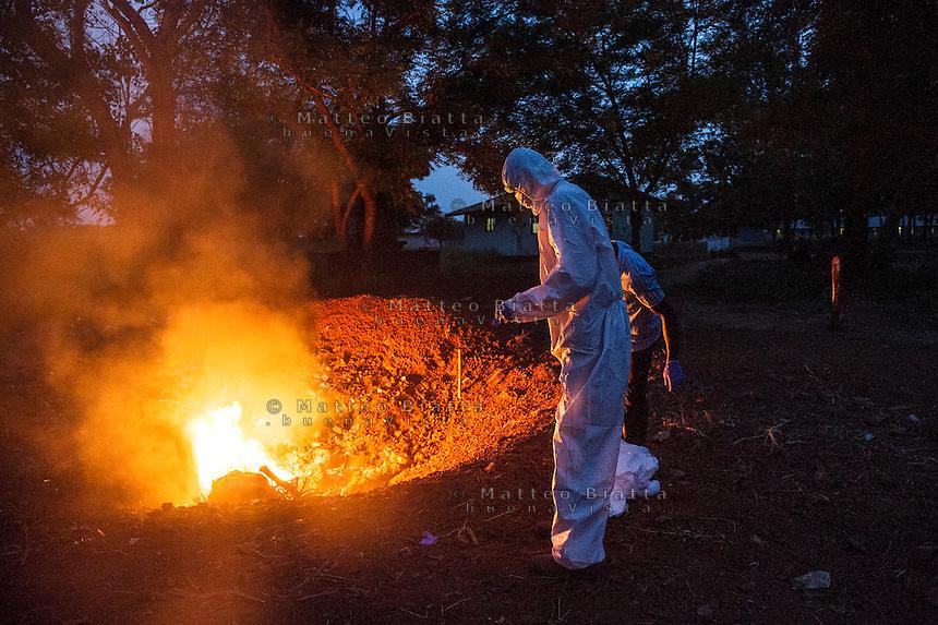Fatebenefratelli Ospedale Saint John of God di Lunsar nella foto gli addetti al trasporto delle salme svolgono il loro lavoro indossando il PPE (Personal Protective Equipment) per eliminare ogni probabilit&agrave; di contrarre qualunque malattia infettiva. Questa regola &egrave; presente in ospedale da quando &egrave; scoppiata l'epidemia di Ebola sanit&agrave; Lunsar 24/03/2016 foto Matteo Biatta<br /> <br /> Fatebenefratelli Hospital Saint John of God in Lunsar in the picture men carrying the bodies wear PPE (Personal Protective Equipment) for excluding any chances of contract any contagious disease. This rule is present in the hospital since Ebola outbreak begin health Lunsar 24/03/2016 photo by Matteo Biatta
