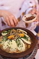 Afrique/Afrique du Nord/Maroc/Province d'Agadir/Tighanimine Elbaz: Ecolodge Atlas Kasbah -  Préparation sur le brasero du  tajine de poulet aux  pommes de terre et oignons
