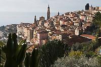 Europe/France/06/Alpes-Maritimes/Menton: La vieille ville  avec l'église Saint-Michel et son campanile