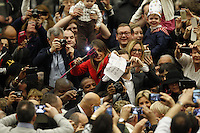 Papa Francesco saluta alcuni fedeli al suo arrivo all'udienza generale del mercoledi' in aula Paolo VI, Citta' del Vaticano, 13 gennaio 2016.<br />