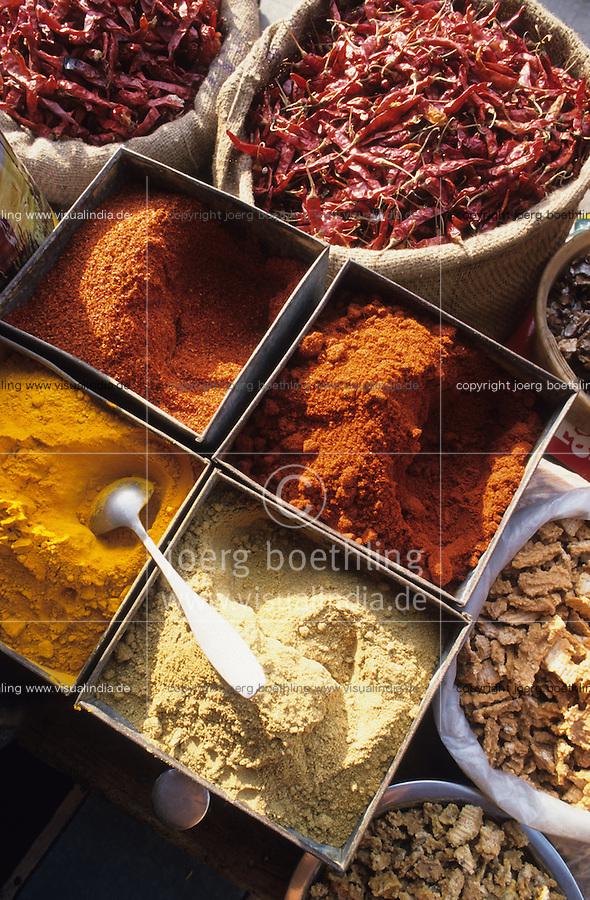 INDIA, Rajasthan, Jaipur, spices like chillies coriander ginger turmeric at market / INDIEN Rajasthan, Gewürze wie Chilly Chillipuder Gelbwurz Koriander auf Markt in Jaipur
