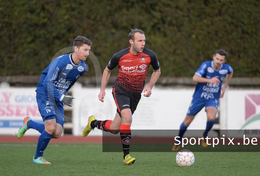 FC Izegem - FC Knokke :<br /> Jorn Vermeulen (R) sneller met de bal weg dan Simon Savaete (L)<br /> <br /> Foto VDB / Bart Vandenbroucke