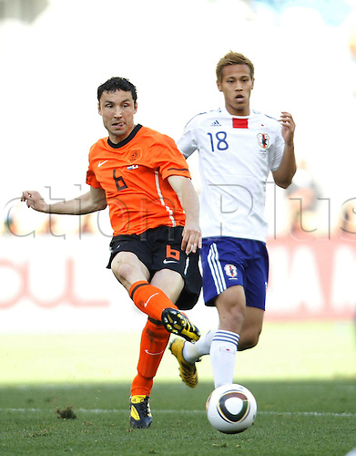 19 06 2010  Netherlands Mark van Bommel l vies with Japan s Keisuke Honda during their 2010 World Cup Group E Soccer Match AT Moses Mabhida Stage in Durban South Africa ON June 19 2010