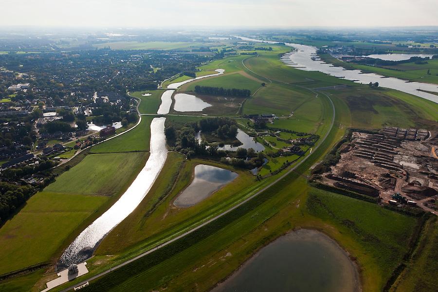 Nederland, Gelderland, Gemeente Westervoort, 03-10-2010; Hondsbroeksche Pleij, IJsselkop (rechts). In de uiterwaard is in het kader van Ruimte voor de Rivier de dijk landinwaarts verlegd, rechts van de dijk de hoogwatergeul.  In het midden de nieuwe woning op terpen, rechts grondwerkzaamheden, linksonder het gemaaltje wat zorgt voor de afvoer van kwelwater..Head of the IJssel. Room for the River: in the floodplain the dike has moved inland, creating a flood channel (right of the new dike). .luchtfoto (toeslag), aerial photo (additional fee required).foto/photo Siebe Swart