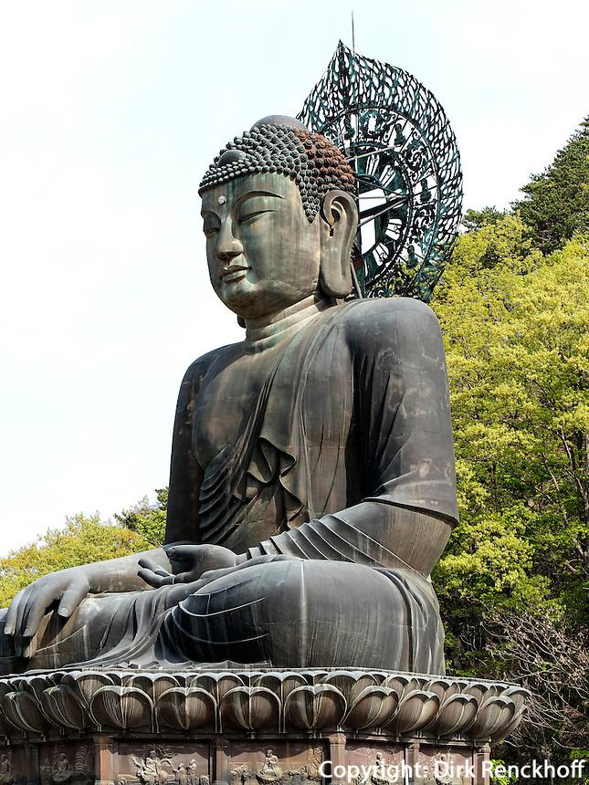 Buddha-Statue Tongil Daebu im Nationalpark Seoraksan bei Sokcho, Provinz Gangwon, S&uuml;dkorea, Asien, UNESCO-Biosph&auml;renreservat<br /> Buddha statue Tongil Daebu in  Seoraksan National Park near Sokcho, province Gangwon, South Korea, Asia, UNESCO Biosphere reserve