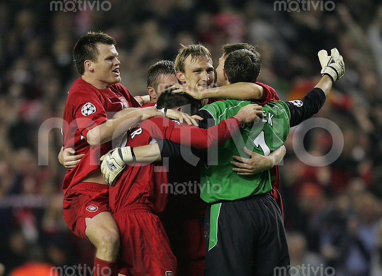 Fussball International Champions League 2004/2005 Halblfinal - Rueckspiel FC Liverpool 1-0 Chelsea London JUBEL Liverpool ; Freude ueber den Einzug in das Finale ; John Arne Risse umarmt Jamie Carragher, Sami Hyypiae, Jerzy Dudek und Steven Gerrard (v.li)
