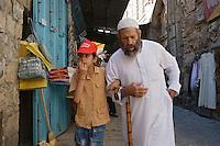 Asie/Israël/Judée/Jérusalem: Vieillard et enfant au souk de Jérusalem