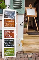 Deutschland, Rheinland-Pfalz, Deidesheim: Gasthaus zur Kanne im Ortszentrum, das aelteste Gasthaus der Pfalz, entstanden um 1160, mit heimischen Spezialitaeten | Germany, Rhineland-Palatinate, Deidesheim: 'Gasthaus zur Kanne' at village centre, Palatinate's oldest pub, opened about 1160 offering local specialities