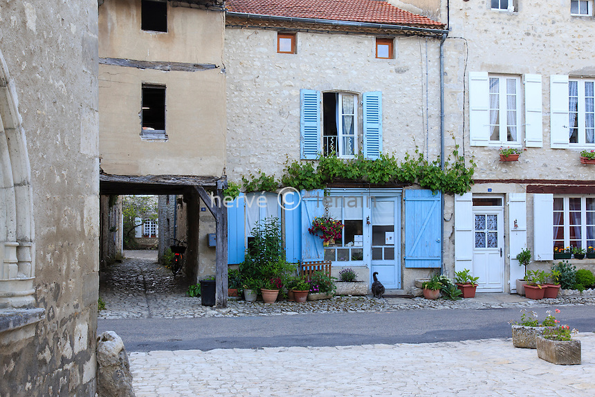France, Allier (03), Charroux, labellisé Les Plus Beaux Villages de France, maisons et passage // France, Allier, Charroux, labelled Les Plus Beaux Villages de France (The most beautiful villages of France)