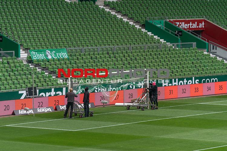 Mitarbeiter mit CORONA Gesichtsmaske bereiten die Tore vor <br /> <br /> nphgm001 Sport: Fussball: 1. Bundesliga: Saison 19/20: <br /> 26. Spieltag: SV Werder Bremen vs Bayer 04 Leverkusen, 18.05.2020<br /> <br /> Foto ©  gumzmedia / Nordphoto / Andreas Gumz / POOL <br /> <br /> Nur für journalistische Zwecke! Only for editorial use!<br />  DFL regulations prohibit any use of photographs as image sequences and/or quasi-video.