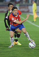 SANTIAGO- CHILE - 15-06-2015: Miiko Albornoz (Der.) jugador de Chile, disputa el balón con un jugador de Mexico durante partido Chile y México, por la fase de grupos, Grupo A, de la Copa America Chile 2015, jugado en el estadio Nacional Julio Martinez la Ciudad de Santiago. / Miiko Albornoz (L.) Player of Chile, fights for the ball with a Mexico player during the match between Chile and Mexico, for the group stage Group A of the Copa America 2015 Chile, played at the National Stadium Julio Martinez in Santiago City. Photos: VizzorImage /  Alfredo Gutierrez / Cont.