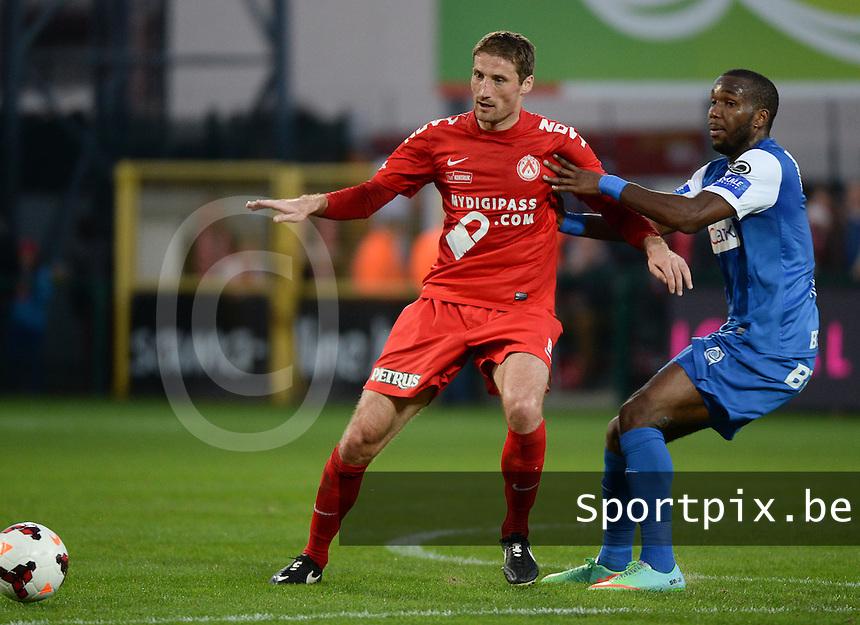 KV Kortrijk : duel tussen Nebojsa Pavlovic (l) en Khaleem Hyland (r) van Genk <br /> foto VDB / BART VANDENBROUCKE