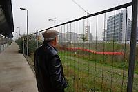 milano, nuovo quartiere rogoredo - santa giulia, periferia sud-est. passaggio pedonale lungo la stazione ferroviaria --- milan, new district rogoredo - santa giulia, south-east periphery. walkway beside the railway station