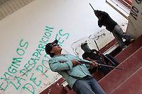 """Oaxaca de Juárez. 06 de marzo de 2014.- El 3 de marzo se dieron a conocer los grupos de auto defensa ante la ingobernabilidad y con ello el incremento delictivo en la comunidad de San Sebastián Rio Hondo, pobladores de este lugar decidieron en una asamblea celebrada el pasado domingo, crear grupos de autodefensa que protejan a los habitantes de la población ante el abandono del gobierno, policía comunitaria que ya existe, a pesar de que el titular de la Secretaria de Seguridad Publica, Alberto Esteva Salinas ha negado su existencia, argumentando que esta es una simulación mediática.<br /> <br /> Dicha población ubicada a poco más de 3 horas de la capital oaxaqueña, se encuentra en el abandono total de la injerencia gubernamental, ya que a decir de los pobladores, desde que ellos determinaron que Cecilio García quien fungiera como presidente municipal fuera destituido ante la nula gobernabilidad y el desentendimiento de su comunidad, el pueblo se encuentra como una zona sin ley, lo que ha provocado gran cantidad de actos delictivos, por lo que esto los orillo a constituir una """"policía comunitaria"""".<br /> <br /> Estamos en el abandono total, ya hemos buscado las instancias para que el gobierno estatal intervenga en este problemática pero no nos hacen caso, en su momento el pueblo tomo el palacio y nada, después hicimos un bloqueo carretero y tampoco paso nada, el gobierno nos ignora, por lo que cuando decidimos la destitución de poderes el pasado 21 de enero en asamblea, también decidimos que si no nos van a apoyar, pues nosotros tenemos que cuidar a nuestra comunidad porque aquí viven nuestras familias, aseguraron.<br /> <br /> Y es que a decir de los lugareños, desde que se destituyo al edil de este municipio, los índices de violencia se han incrementado, tan solo el pasado 19 de febrero fueron quemadas algunas unidades en el parque vehicular de la zona, dejando sin servicio de policía municipal y recolección de basura a la población, así mismo hubo un asalto a una """