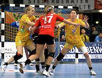 Handball Frauen / Damen  / women 1. Bundesliga - DHB - HC Leipzig : Frankfurter HC - im Bild: energische Abwehr der Leipzigerinnen - Anne Müller und Sara Eriksson (l.) . Foto: Norman Rembarz .