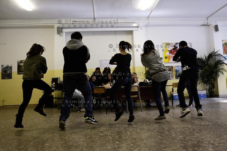 Roma, 7 Novembre 2012.Lamaro, Cinecittà.Liceo scientifico Teresa Gullace.Studenti e studentesse occupano la scuola contro i tagli alla scuola pubblica e il ddl 953(exAprea).Ballo di gruppo