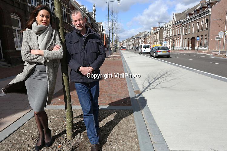 Foto: VidiPhoto<br /> <br /> ROERMOND - Wethouder Raja Fick-Moussaoui en boombeheerder Ren&eacute; Camp van de gemeente Roermond op de nieuwe Singel.