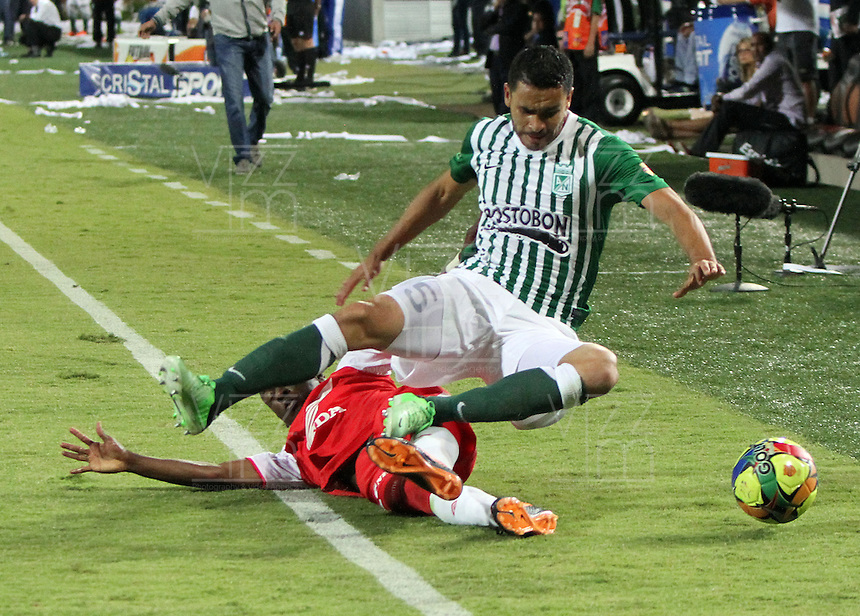 MEDELL&Iacute;N -COLOMBIA, 14-07-2013. Jefferson Cuero (Izq) del Independiente Santa Fe disputa el bal&oacute;n con Francisco N&aacute;jera (Der) del Atl&eacute;tico Nacional . Primer partido de la final de la Liga Postob&oacute;n  entre Atl&eacute;tico Nacional e Independiente Santa Fe , jugado en el estadio Atanasio Girardot de la ciudad de Medell&iacute;n ./ Jefferson Cuero (Der) of Independiente Santa Fe fights for the ball with Atletico Nacional Francisco NajeraFirst game of Postob&oacute;n League final between Atletico Nacional and who corresponds Santa Fe, he played in the Atanasio Girardot stadium in Medellin<br />