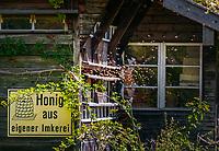 Deutschland, Bayern, Chiemgau, Achental, bei Bergsteigerdorf Schleching: Bienenhaus   Germany, Bavaria, Chiemgau, Achen Valley, near mountain village Schleching: beehouse