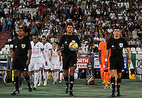 MANIZALES -COLOMBIA, 06-09-2014. Juan Pontón (C) arbitro y los jugadores de Once Caldas y Envigado FC ingresan al campo de juego previo al encuentro por la fecha 8 de la Liga Postobón II 2014 jugado en el estadio Palogrande de la ciudad de Manizales./ Juan Ponton (C), referee, and players of Once Caldas and Envigado FC enter to the field prior the match for the 8th date of the Postobon  League II 2014 at Palogrande stadium in Manizales city. Photo: VizzorImage/ Santiago Osorio /STR