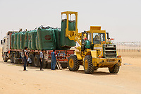 EGYPT, Farafra, potato farming in desert, harvest at United Farms, loading of big bags with potatos on trucks, the large fields are irrigated by Pivot circle irrigation systems, the fossile groundwater from the Nubian Sandstone Aquifer is pumped from 1000 metres deep wells  / AEGYPTEN, Farafra, United Farms, Kartoffelanbau in der Wueste, Verladung nach der Ernte auf LKW, die kreisrunden Felder werden mit Pivot Kreisbewaesserungsanlagen mit fossilem Grundwasser des Nubischer Sandstein-Aquifer aus 1000 Meter tiefen Brunnen bewaessert