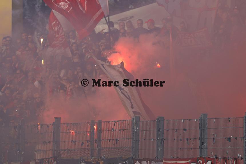 Mainzer Fans mit Pyrotechnik und aufs Feld geschossenen Leuchtkugeln vor dem Anpfiff - 11.03.2017: SV Darmstadt 98 vs. 1. FSV Mainz 05, Johnny Heimes Stadion am Boellenfalltor