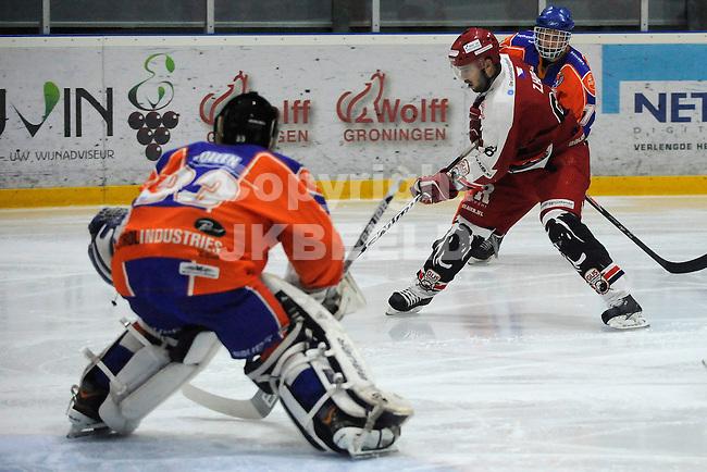 GRONINGEN - IJshockey, GIJS Bears - Eindhoven Kemphanen,  seizoen 2013-2014, 01-03-2014, Zahir Hup mist voor doelman Deniz Mollen