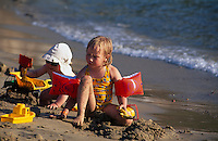 Italien, Elba, Kinder am Strand von Lacona