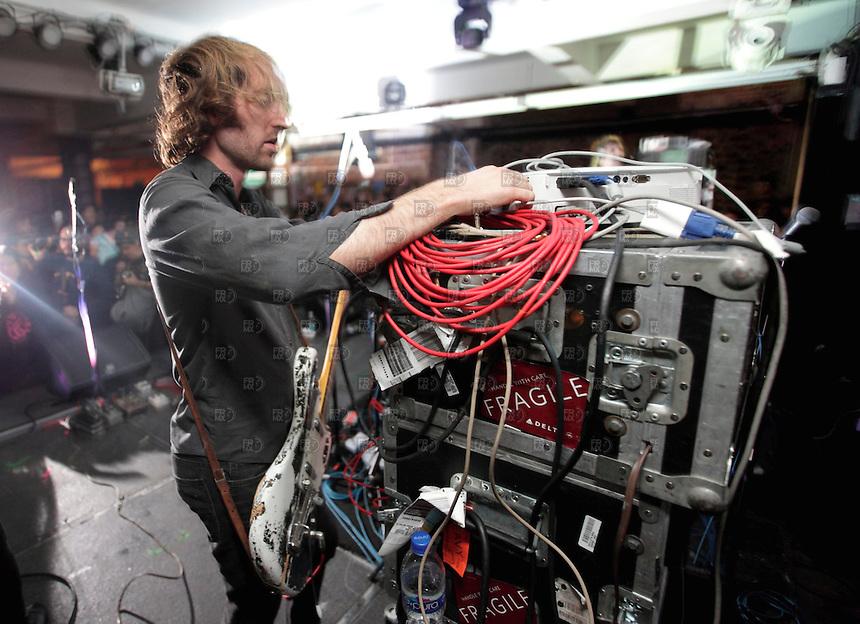 CIUDAD DE M&Eacute;XICO, DF. Julio 13, 2013  &ndash;  Oliver Ackermann, guitarrista del grupo de rock de Nueva York , &quot;A Place to Bury Strangers&quot;, tocan  en el Bar Pasag&uuml;ero de la Ciudad de M&eacute;xico.  FOTO: ALEJANDRO MEL&Eacute;NDEZ<br /> <br /> MEXICO CITY, DF. July 13, 2013 - Oliver Ackermann, guitarist of the rock group from New York, &quot;A Place to Bury Strangers&quot;, played on the Bar Pasag&uuml;ero Mexico City. PHOTO: ALEJANDRO MELENDEZ