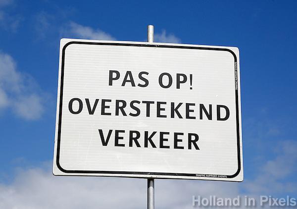 Pas op , overstekend verkeer. Verkeersbord bij de ingang van de Liblelle Zomerweek in Almere