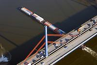 Binnenschiffe auf der Elbe: EUROPA, DEUTSCHLAND, HAMBURG, (EUROPE, GERMANY), 28.01.2017: Binnenschiffe auf der Elbe, Containertaxi, Durchfahrt der Norderelbbrueck mit der Bundesautobahn A1