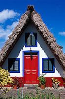 Portugal, Madeira, Casa de Colmo (Strohdachhaus) in Santana