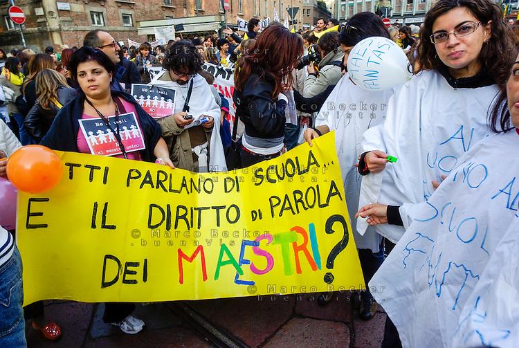 Milano, manifestazione contro la riforma dell'istruzione. Maestri chiedono diritto di parola --- Milan, demonstration against the school reform. Teachers ask for their right of speech