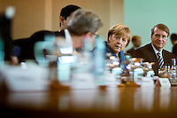 Bundeskanzlerin Angela Merkel (CDU) unterhaelt sich am Mittwoch (05.06.13) im Bundeskanzleramt in Berlin bei der  Kabinettssitzung mit Aussenminister Guido Westerwelle (FDP).<br /> Foto: Axel Schmidt/CommonLens