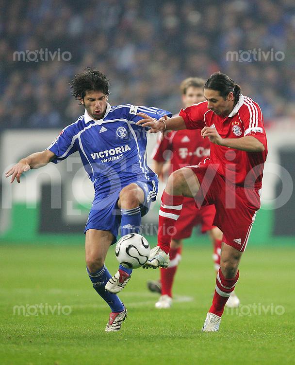 Fussball Bundesliga FC Schalke 04 - FC Bayern Muenchen Levan KOBIASVILI (S04, l) gegen Claudio PIZARRO (FCB).