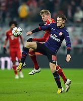 FUSSBALL  CHAMPIONS LEAGUE  ACHTELFINALE  HINSPIEL  2012/2013      FC Bayern Muenchen - FC Arsenal London     13.03.2013 Aaron Ramsey (vorn, Arsenal) gegen Toni Kroos (hinten, FC Bayern Muenchen)