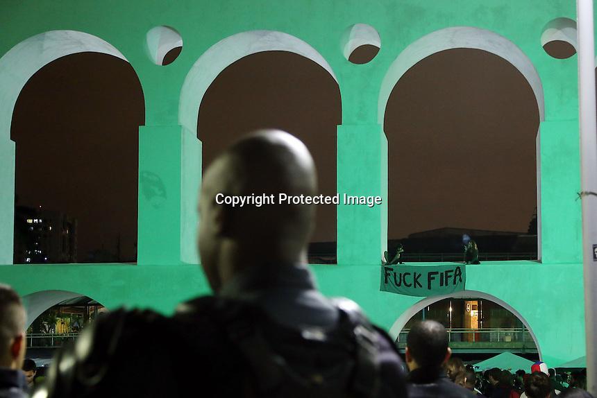 Alrededor de 300 personas realizaron una marcha en Rio de Janeiro, comenzando en la iglesia de la candelaria y terminando en los Arcos de Lapa. Ellso protestan contra el gasto durante la Copa del mundo en Brasil, y el excesivo derroche de dinero en la construcciones de Estadios. La policia militar detuvó personas y disolvio la manifestacion al finalizar esta.